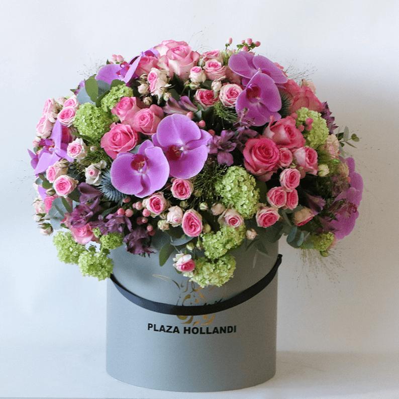 Welcome home flowersin a Plaza Hollandi Hat box