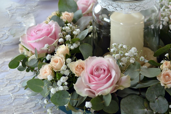 candles arrangement with pink roses